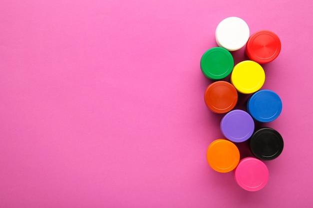 Guazzo multicolore su uno sfondo viola con copia spazio.