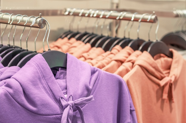 Felpa con cappuccio multicolore appendere su un gancio in un primo piano del negozio.