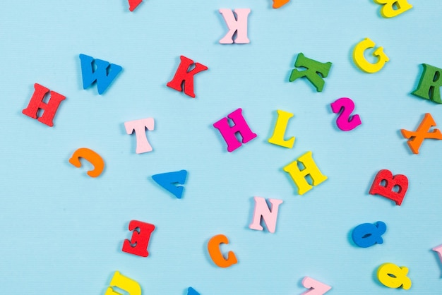 Lettere multicolori su sfondo blu. vista dall'alto.