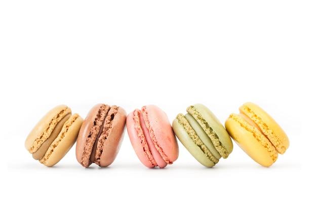 Macarons multicolori isolati su un bianco