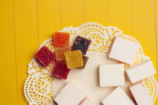 Fondo di legno del dessert dei dolci della caramella della marmellata di arance multicolori. foto di alta qualità