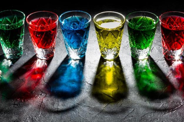 Bicchierini multicolori con alcool forte. ombre dure