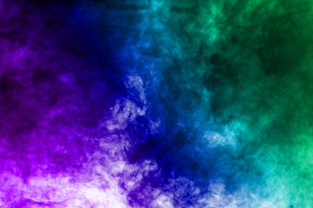 Fumo multicolore sullo sfondo.