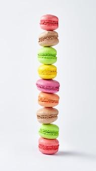 Macarons impilati multicolori vista verticale del primo piano dell'insegna
