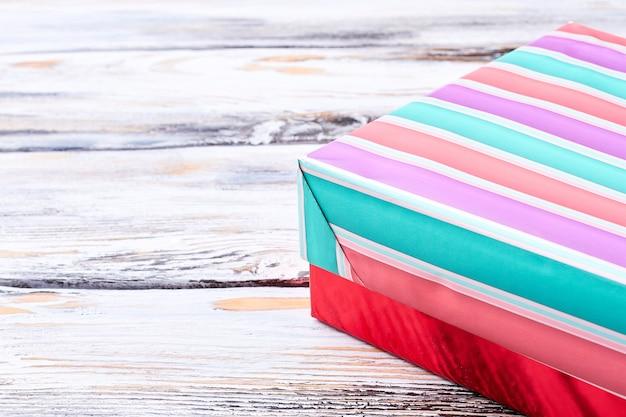 Confezione regalo a righe multicolori, immagine ritagliata.