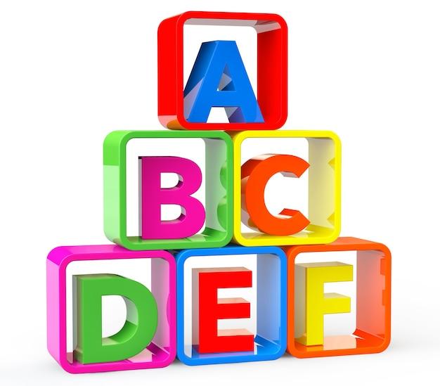 Cubi multicolori come supporto con lettere abc su sfondo bianco