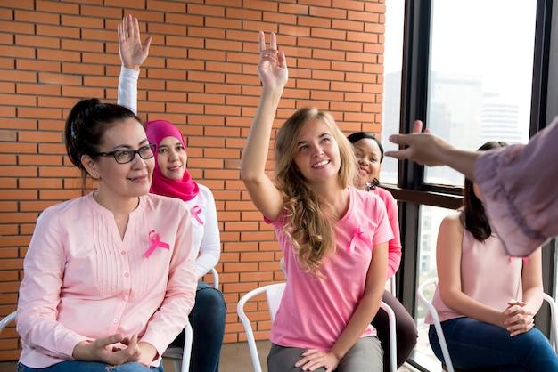 Donne multietniche che si incontrano per la campagna di sensibilizzazione sul cancro al seno
