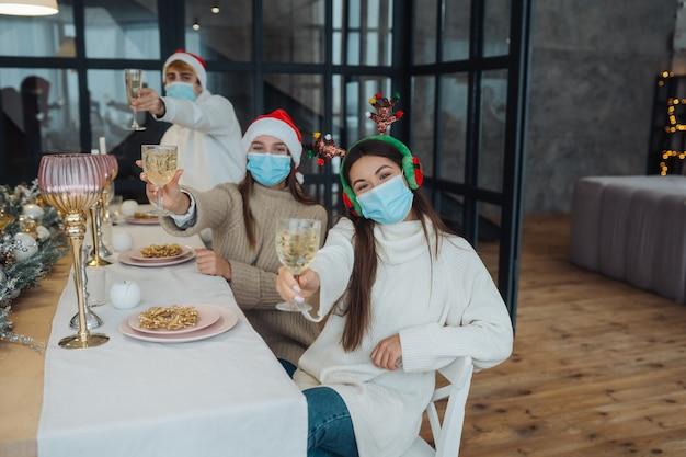 Giovani multietnici che celebrano il capodanno alla festa