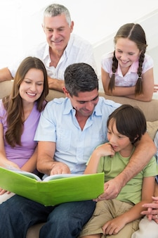 Libro di lettura della famiglia multigenerazionale
