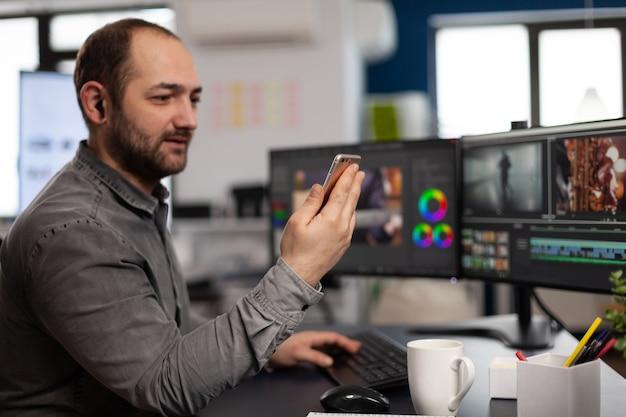 Artista creatore multimediale che parla in videochiamata con il cliente