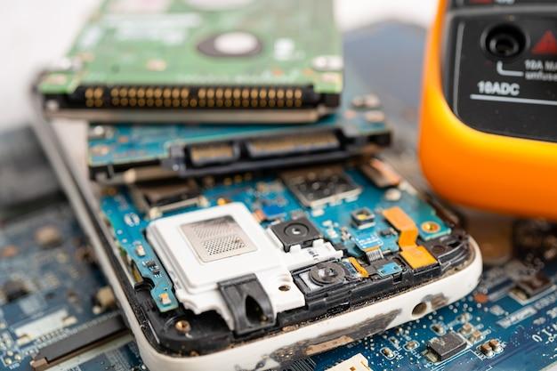 Multimetro elettronico digitale per misurare la tensione dell'impianto elettrico.