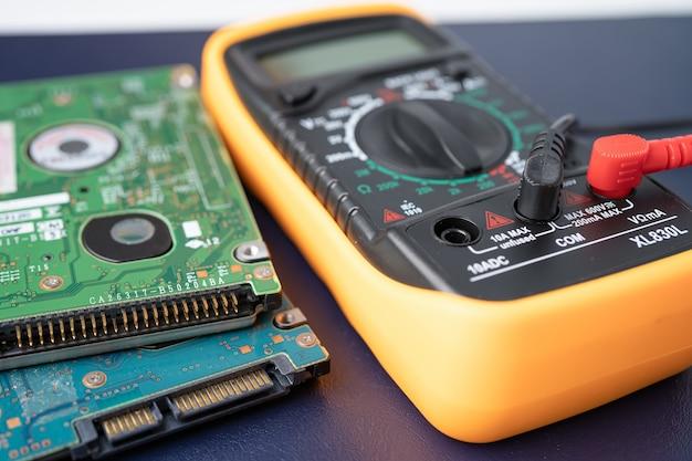 Multimetro con disco rigido, concetto di hardware del computer.