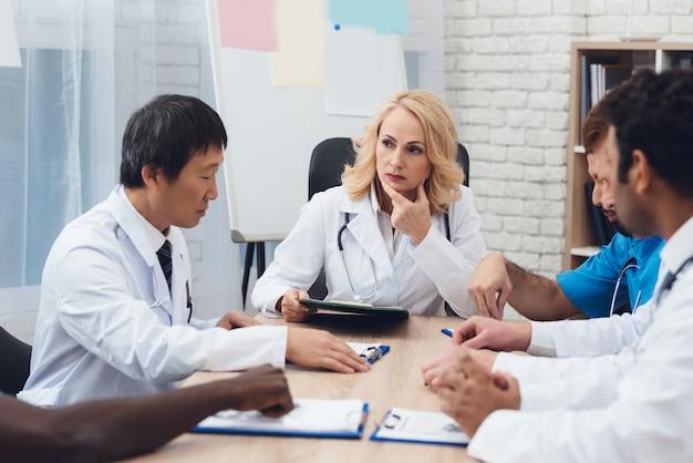 Riunione diagnostica del gruppo di medici multinazionali.