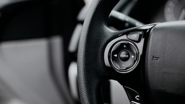 Più pulsanti sul volante per accettare o rifiutare le chiamate dal telefono vista ravvicinata