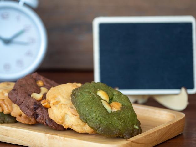 Biscotti con più colori inclusi burro di arachidi, biscotti di tè verde e biscotti con gocce di cioccolato.