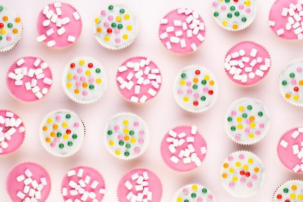 Muffin piacevolmente decorati variopinti multipli isolati