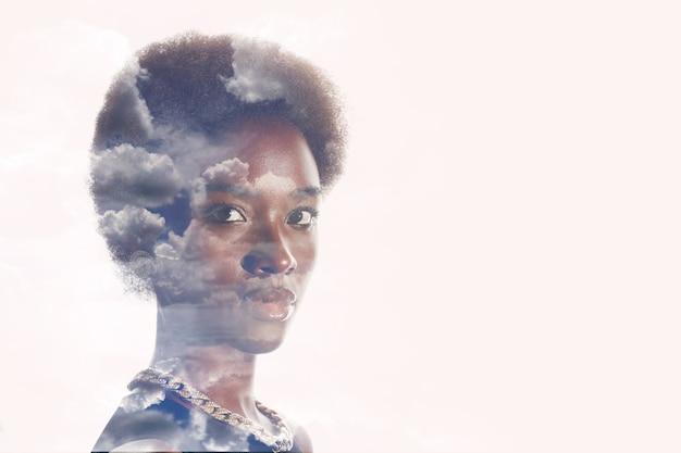 Immagine di esposizione multipla con nuvole e cielo all'interno del ritratto di donna afroamericana. salute mentale e calma.