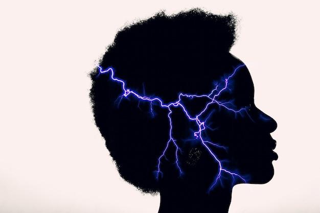 Immagine di esposizione multipla con un fulmine all'interno della silhouette della donna. psicologia e concetto di gestione della rabbia.