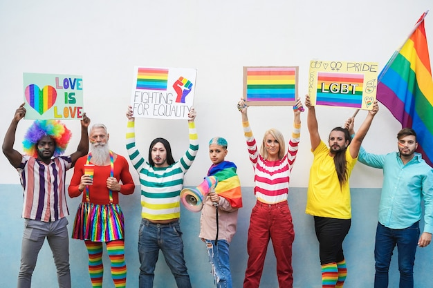 Persone gay multirazziali all'orgoglio lbgt - focus sui volti