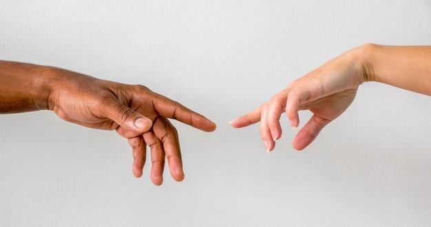 Mani multirazziali che si uniscono
