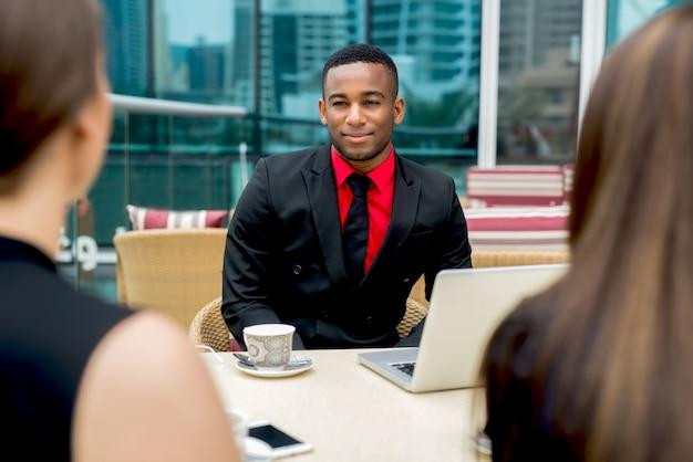 Uomo d'affari di conversazione di conversazione afroamericano di intervista di lavoro multirazziale.