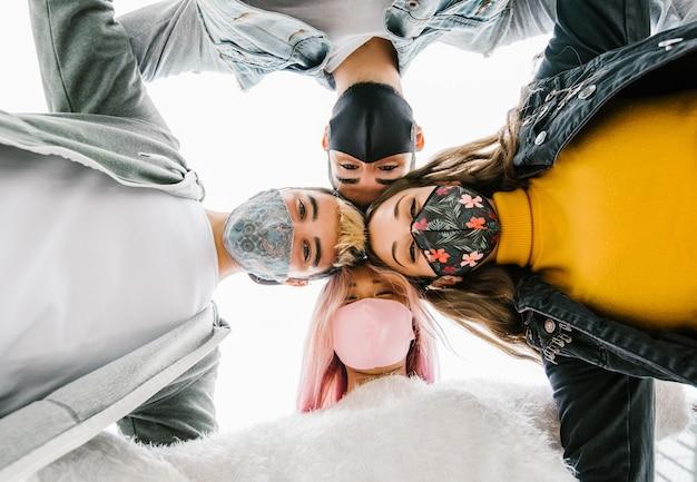 Amici miliari multirazziali che prendono selfie con maschere facciali chiuse