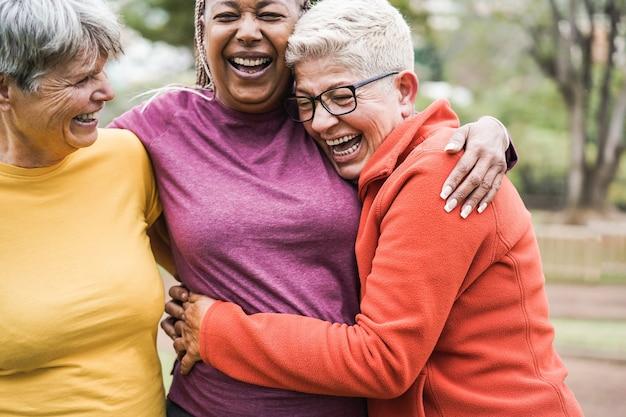Donne anziane multirazziali che si divertono insieme dopo l'allenamento sportivo all'aperto