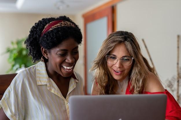 Donne multirazziali che usano il laptop insieme