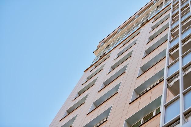 Edificio multipiano e cielo blu