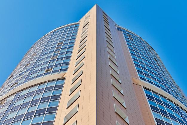 Edificio multipiano con finestre