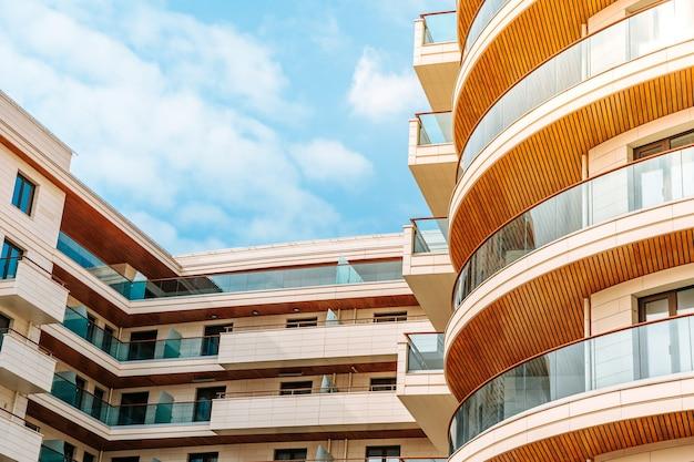 Edificio moderno a più piani residenziale o commerciale con cielo blu