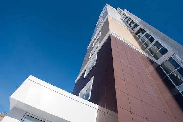 Casa residenziale multipiana sul fondo del cielo blu