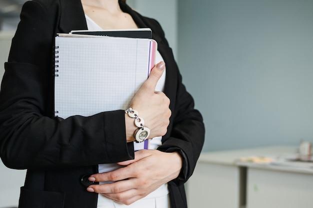 Competenze multitasking i datori di lavoro lavorano esauriti stanchi al lavoro occupata giovane donna d'affari bionda con molti