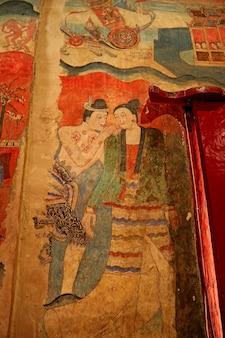 Murale di un uomo che sussurra a una donna nella sala di adorazione del tempio wat phumin provincia di nan thailandia