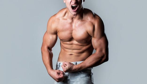 Culturista muscolare in posa su sfondo bianco