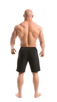 Bodybuilder muscolare su bianco