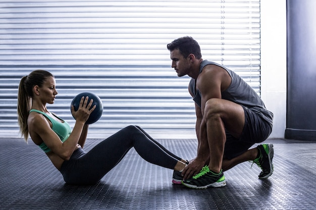 Coppia muscolare facendo esercizio addominale palla