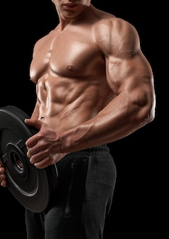 Atleta muscolare dell'uomo di sport di forma fisica con il peso