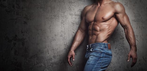 Torso muscolare dell'uomo che indossa jeans