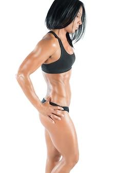 Donna muscolare in una posa con biancheria intima sportiva