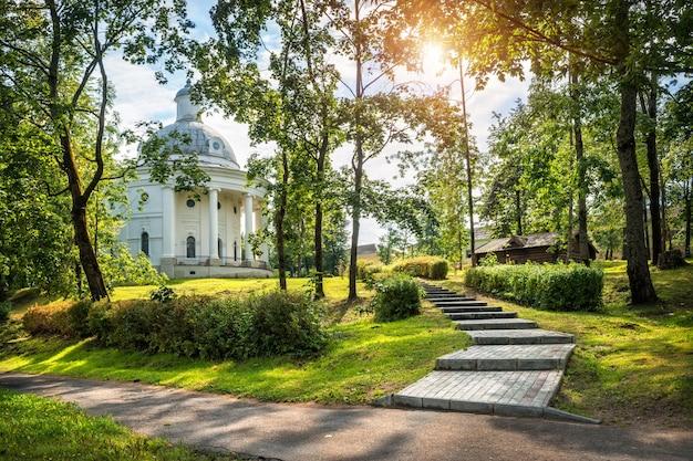 Museo delle campane nella città di valdai tra i raggi del sole in un parco verde