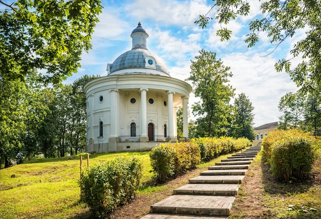 Museo delle campane della città di valdai e una scalinata tra i raggi del sole in un parco verdeggiante