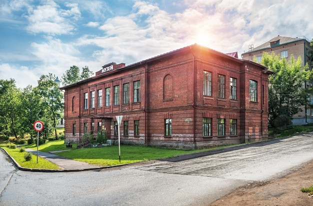 Museo nella città di valdai in una giornata di sole estivo
