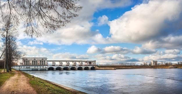 Museo della centrale idroelettrica e delle chiuse sul fiume volga a uglich sotto i raggi del sole autunnale