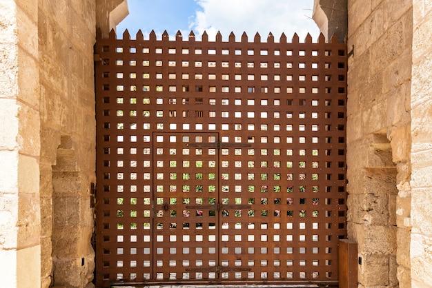 Museo all'aria aperta a toledo, palma de mallorca, spagna, recinzione marrone. antica porta marrone.