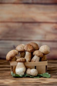 Funghi porcini. funghi porcini autunnali. porcini boletus edulis, primi piani in legno tavolo rustico. cucinare deliziosi funghi biologici. cibo gourmet.