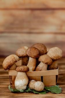 Boletus del fungo sopra fondo di legno. funghi porcini autunnali. porcini boletus edulis su sfondo di legno, vicino sul tavolo in legno rustico. cucinare deliziosi funghi biologici. cibo gourmet.