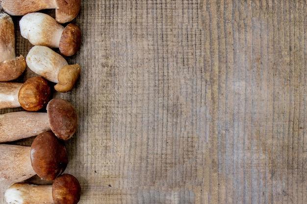 Funghi porcini su sfondo di legno. funghi porcini autunnali