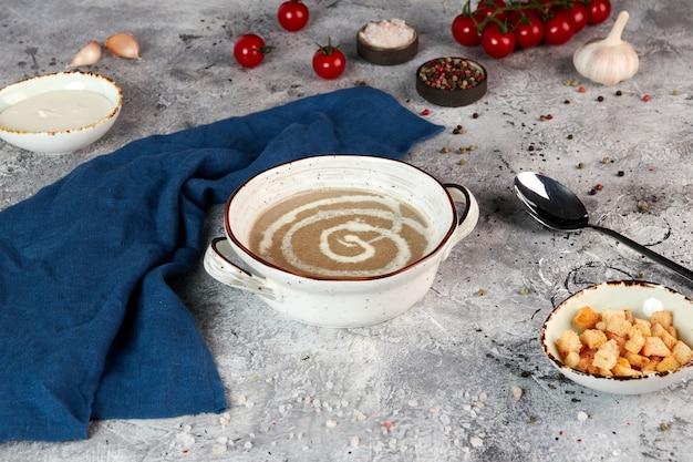 Purea di zuppa di funghi in una ciotola bianca