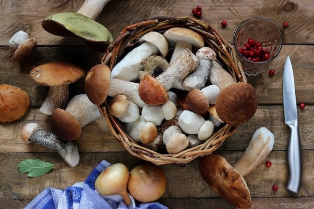 Funghi in un cesto, vista dall'alto. tavola morta.
